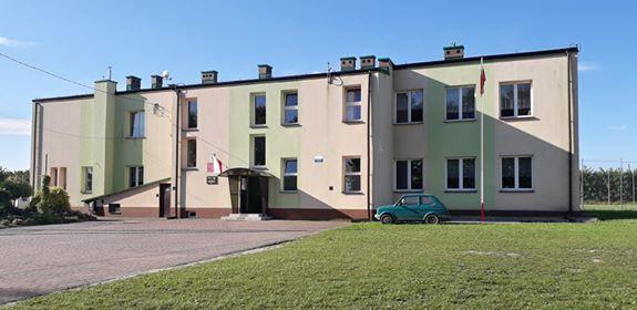 Budynek szkolny w Gołoszach